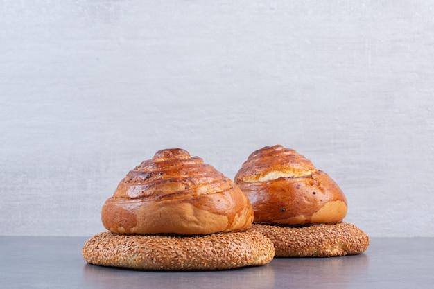 Bagels sous des petits pains sucrés sur fond de marbre. photo de haute qualité