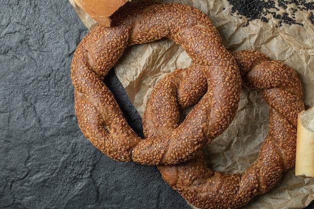 Bagels Tressés Ronds Croquants Turcs Aux Graines De Sésame. Photo gratuit