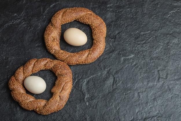 Bagels tressés ronds croquants turcs aux graines de sésame.