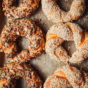 Bagels turcs rôtis disposés sur une plaque de cuisson à plat