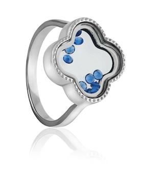 Une bague en argent à la mode, élégante avec pierre bleue sur fond blanc