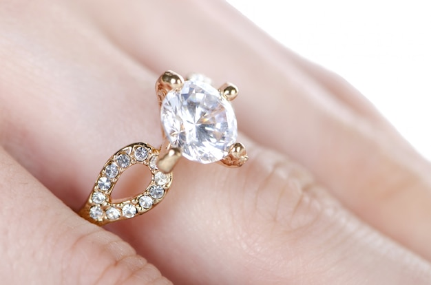 Bague à bijoux portée au doigt