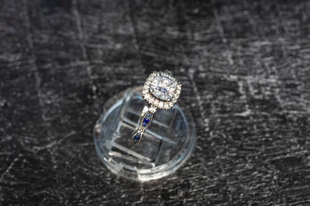Bague diamant, bague en or avec diamants naturels sur fond sombre, pierres précieuses
