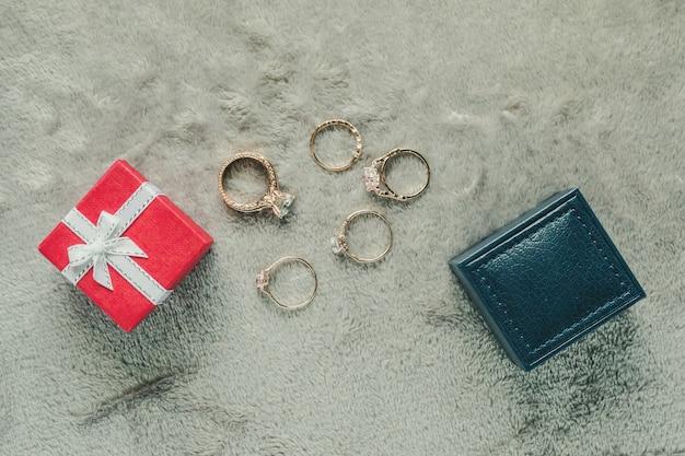 Bague en diamant avec boîte-cadeau sur tissu