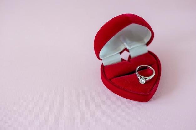 Bague diamant dans une boîte en forme de coeur rouge bague de fiançailles avec diamant solitaire proposition de mariage
