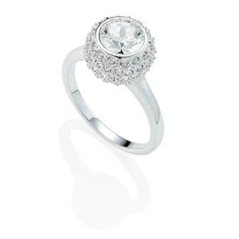 Bague en diamant de fiançailles avec réflexion isolé sur fond blanc