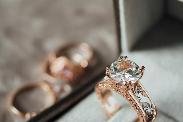 Bague en diamant de luxe dans une boîte à bijoux style vintage
