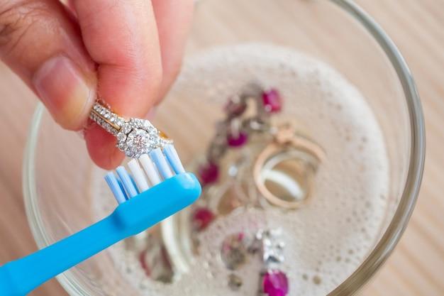 Bague en diamant de nettoyage de bijoutier
