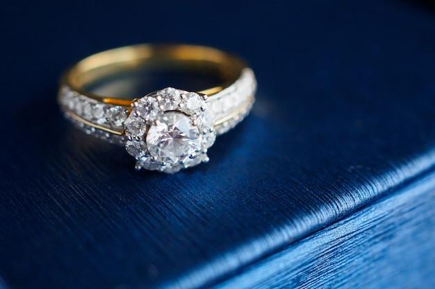 Bague diamant en or de mariage sur boîte à bijoux