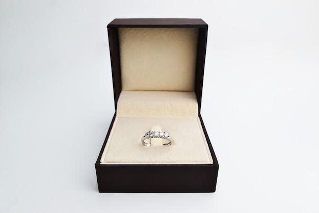 Bague diamant pour femme bague éternité dans une boîte