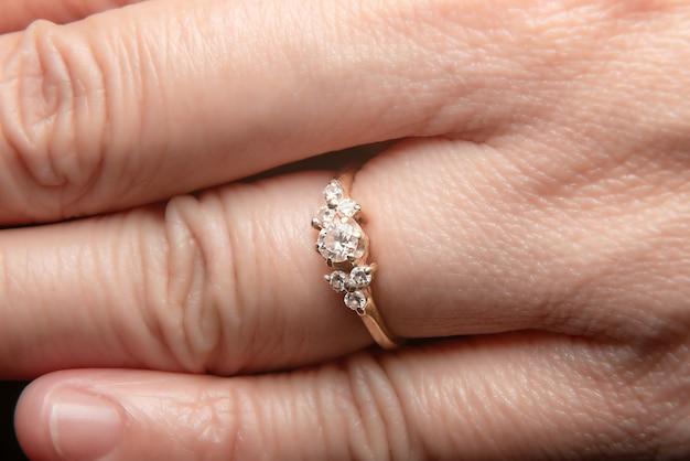 Bague en diamant usée aux doigts