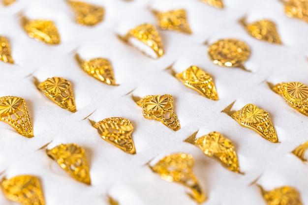 Bague dorée collection précieuse à vendre