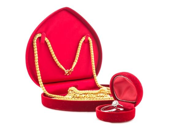 Bague de fiançailles et bijoux en or