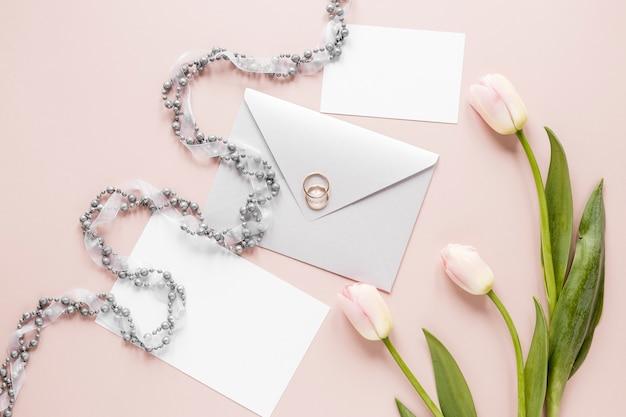 Bague de fiançailles sur le dessus de la carte d'invitations