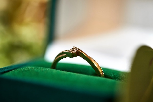 Bague de fiançailles en diamant dans une belle boîte de mariage
