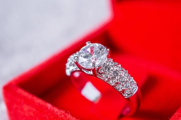 Bague de fiançailles en diamant dans une boîte cadeau de bijoux rouge