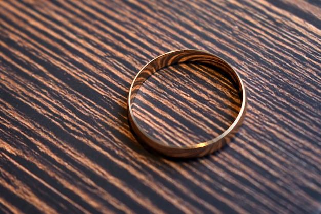 Bague de fiançailles sur un fond en bois