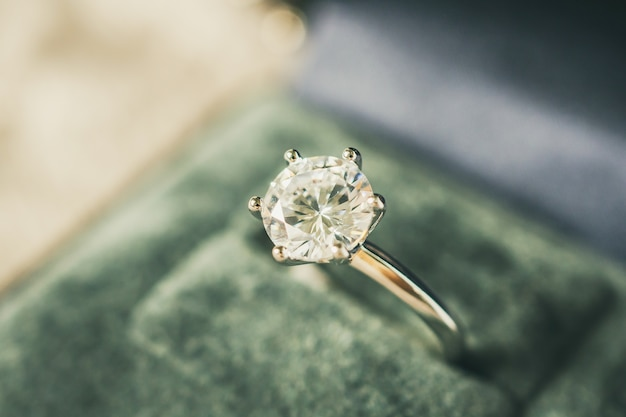 Bague de fiançailles de luxe en diamant dans une boîte-cadeau de bijoux
