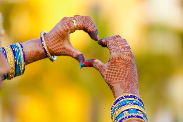 Bague de fiançailles à la main