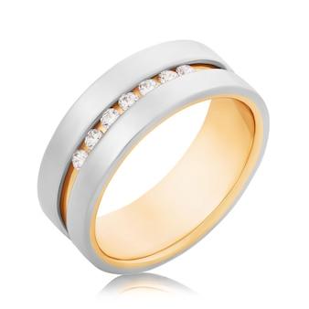 Bague de fiançailles en or avec diamants isolé sur fond blanc