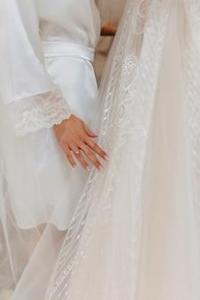 Bague de fiançailles avec une pierre sur la main douce mariée