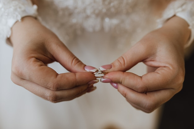 Bague de fiançailles tendre dans les mains de la mariée