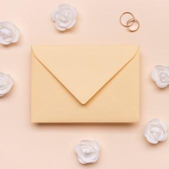Bague de fiançailles vue de dessus avec enveloppe