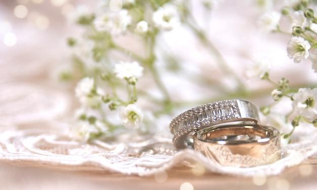 Bague de mariage sur la dentelle vintage