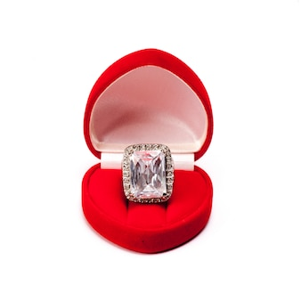 Bague de mariage avec diamants de luxe dans une boîte en soie rouge velours utilisant pour fiançailles pour amour