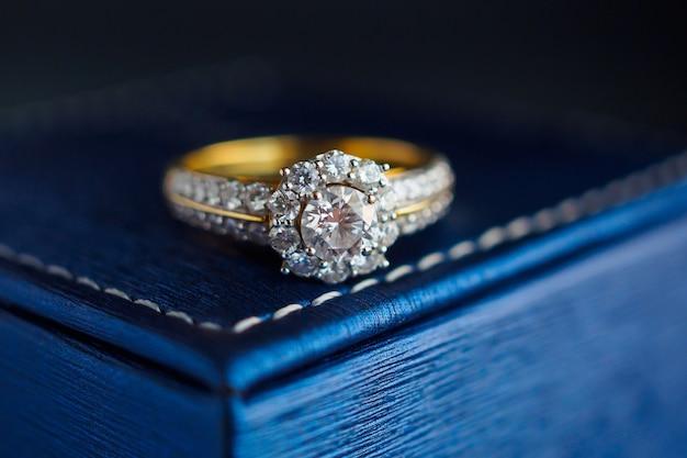 Bague de mariage en or et diamants sur boîte à bijoux