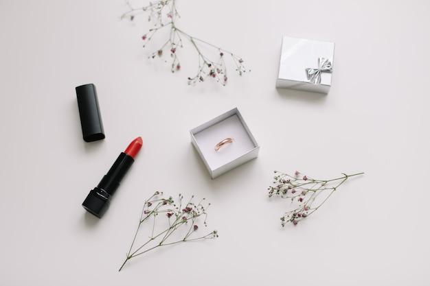 Bague en or et boîte à bijoux et fleurs, proposition de concept de mariage