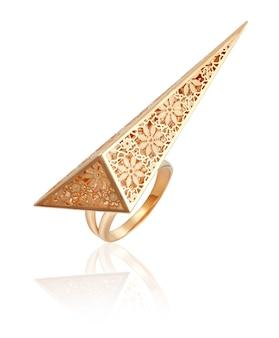 Bague en or dans un style fashion. bijoux pour femmes. meilleur cadeau de noël pour une femme.