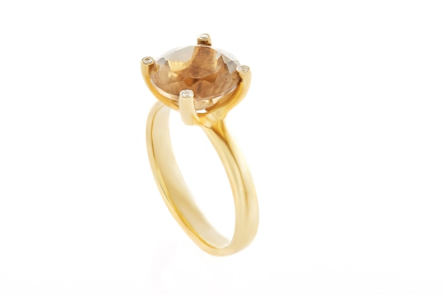 Bague en or jaune avec une pierre de topaze fumée et diamants