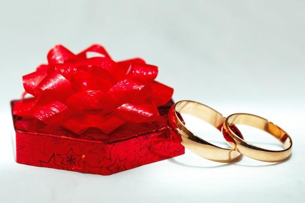 Bague en or de mariage, décorations pour une célébration de mariage.