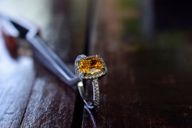 Bague en or ornée de pierres précieuses jaunes
