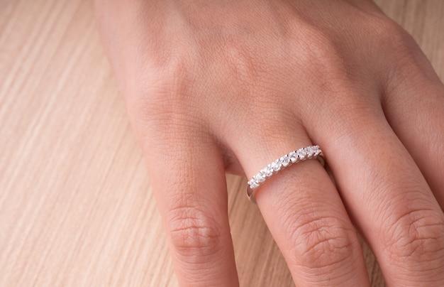 Bague en pierre gemme sur la main de femme