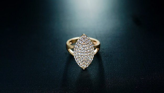 Bague pour femme en or à motifs carrés et ornée de petits diamants brillants