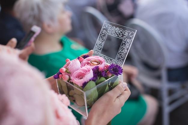 Bague pour les jeunes mariés boîte à bagues fleur près du haut