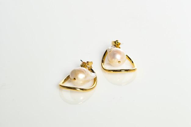 Bagues de bijoux sur fond blanc isolé