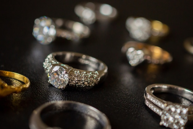 Bagues en diamant de bijoux sur fond noir gros plan