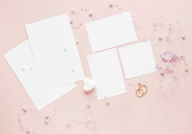 Bagues de fiançailles à côté de la carte d'invitations