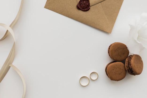 Bagues de fiançailles avec macarons à côté
