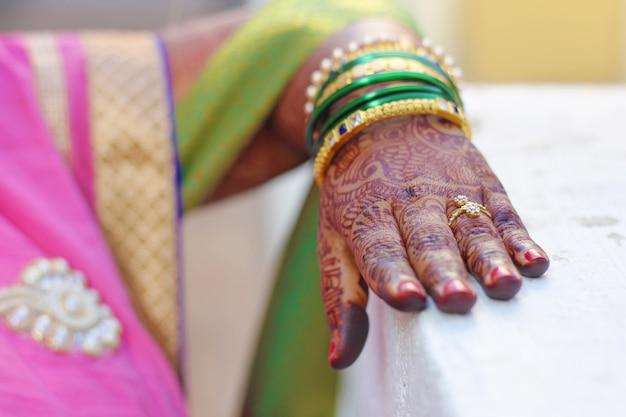Bagues de fiançailles sur les mains de la mariée