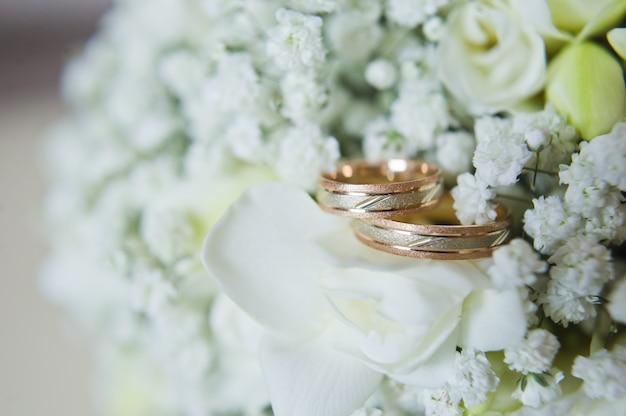 Bagues de mariage en or pour les mariés.