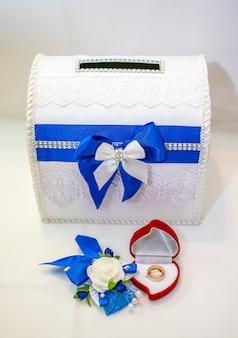 Des bagues en or sont préparées pour la cérémonie de mariage.