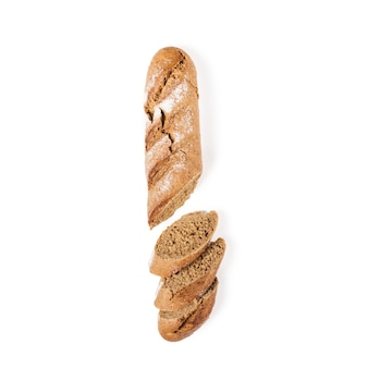 Baguette brune en tranches de grains entiers, isolée sur le blanc.