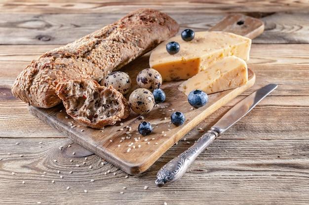 Baguette, fromage aux épices et fines herbes, œufs de caille, myrtilles. t