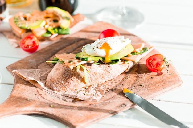 Baguette et fromage sur planche de bois