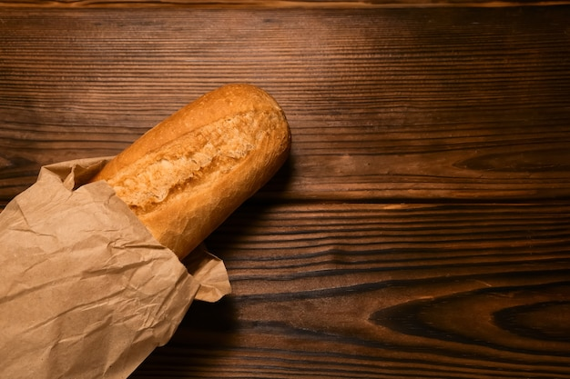 Baguette de pain français sur planche de bois vintage