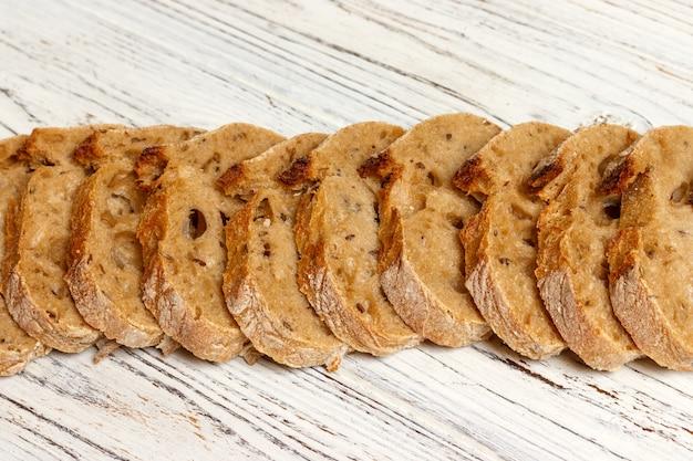 Baguette de pain français sur une planche à découper avec ses tranches